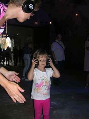 Každý návštěvník měl svoje sluchátka do kterých si navolil hudbu podle vlastního vkusu. Všichni tančili, ale v bývalé ledárně bylo TICHO ! Chladno ( i když venku bylo teplo) a ticho - zajímavý zážitek.
