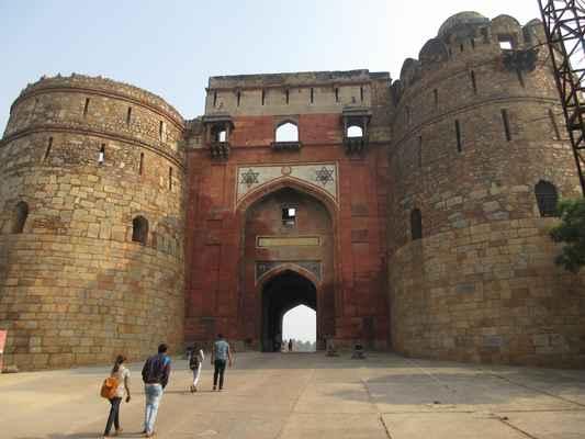 Západní brána, Bara Darwaza, hlavní vstupní chodba s baštou  Purana Qila ( stará pevnost ) je jednou z nejstarších pevností v Dillí . Současná citadela  Purana Qila se udává, že byla postavena pod Sher Shah Suri. Ale podle ASI Vasant Swarnkar, výkopy - poslední v letech 2013-14 - ukazují na stopy z 3. století před naším letopočtem, pre-mauryské období. První dvě kola výkopů - v letech 1954-55 a 1969-72 - tehdejší ředitel ASI, BB Lal, odkryli stopy PGW pod kopcem. V té době se Lal pustil do misí, aby vykopal různé lokality zmíněné v textu Mahabharata a tvrdil, že na všech těchto místech nalezl takové stopy jako společný rys.