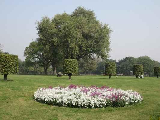 Když Edwin Lutyens vytvořil nové město Britské Indie , New Delhi, ve dvacátých letech minulého století srovnal centrální průhled, nyní Rajpath , s Puranou Qilou .  Během rozdělení Indie se v srpnu 1947 Purana Qila spolu se sousední hrobkou Humayun stala místem pro utečenecké tábory pro muslimy, kteří se stěhují do nově založeného Pákistánu. To zahrnovalo více než 12 000 vládních zaměstnanců, kteří se rozhodli pro službu v Pákistánu, a mezi 150 000 až 200 000 muslimskými uprchlíky kteří se do Purana Qila dostali do září 1947, kdy převzala vedení obou táborů indická vláda. Kultura Purana Qila zůstala funkční až do začátku roku 1948, kdy je vlaky odvezli  do Pákistánu