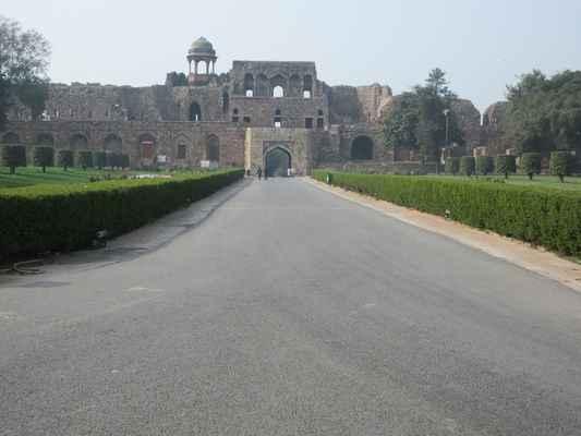 """Pevnost byla vnitřní citadela od města Din Panah během Humayun éry kteří ji renovovaný v roce 1533 a dokončena o pět let později.  Zakladatel dynastie Suri , Sher Shah Suri , porazil Humayun v roce 1540, jménem Fort Shergarh ; přidal několik dalších objektů v komplexu během jeho pětileté vlády. Purana Qila a její okolí prosperovaly jako """"šesté město Dillí"""" ."""
