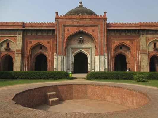 """Jednopláštěná Qila-i-Kuna mešita byla  postavená Sher Shahem v roce 1541 je vynikajícím příkladem pre-Mughal designu a časným příkladem rozsáhlého použití špičatého oblouku v regionu, jak je vidět na jeho pěti vchodech """"pravé"""" podkovovité oblouky. Byla navržena jako mešita Jami nebo páteční mešita pro sultána a jeho dvořany. Modlitební hala uvnitř, jednolodní mešita, měří 51,20m na 14,90m a má pět elegantních klenutých modlitebních výklenků nebo mehrabů v západní zdi. Mramor v odstínech červené, bílé a břidlicové je používán pro kaligrafické nápisy na centrálním iwan , označuje přechod od Lodhiho k architektuře Mughal. Na nádvoří  je mělké jezírko s fontánou."""