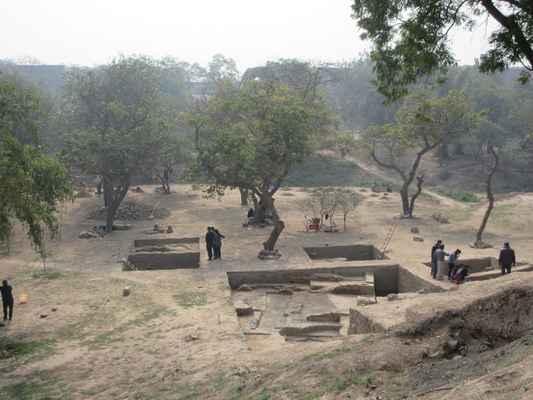 Archeologický průzkum Indie  prováděl výkopy u Purana Qila v letech 1954-55 a znovu od roku 1969 do roku 1973 BB Lal a jeho nálezy a artefakty jsou vystaveny v archeologickém muzeu Purana Qila. To zahrnuje Painted Gray Ware , datovat se 1500 n.l., a různé předměty a keramika znamení neustálé bydlení od Mauryan k Shunga , Kushana , Gupta , Rajput , Delhi Sultanate a Mughal období.
