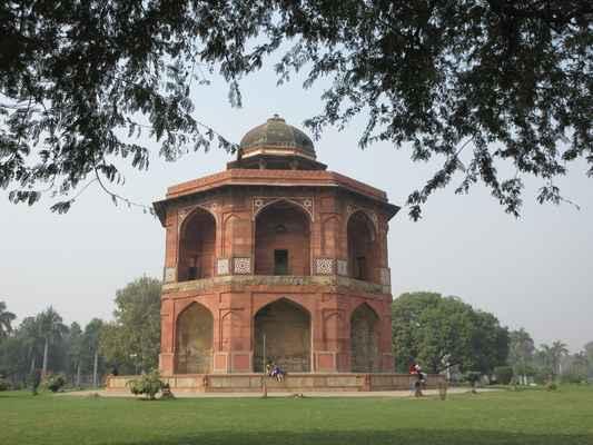Sher Mandal pojmenovaný pro Farid, který se  pokusil dokončit to, co bylo započato Babur, ale v počáteční fázi zemřel, a tak stavba byla zastavena až do příchodu Humayun.  Tato dvojpodlažní osmiboká věž červeného z pískovce se strmými schody vedoucími až k střeše měla být vyšší než její stávající výška. Jejím původním stavitelem byl Babur, který stavbu objednal, a sloužila jako osobní observatoř a knihovna pro svého syna Humayun, který skončil až poté, co obsadil pevnost. Je to  jedna z prvních observatoří v Dillí, nejdříve v Pir Gharib v hinduistickém Rao na Ridge postavená ve 14. století Firoz Shah Tughlaq. Věž je osazena osmiúhelníkovým chhatri podporovaným osmi pilíři a zdobená bílým mramorem v typickém Mughalském stylu.  Uvnitř jsou zbytky dekorativní omítky a stopy z kamenných regálů, kde se pravděpodobně nacházejí císařské knihy.