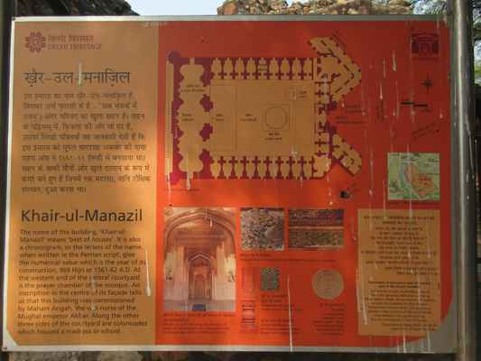 """Khayr al-Manazil Masjid (lit. """"nejsnadnější z domů"""")nechala  postavit v roce 1561 Maham Anga (1562), jedna z řádových sester Akbar. Vlivná žena na dvoře, folklór naznačuje, že během Akbarova dětství vládla Mughalské říši. Závěrečná deska na středním oblouku modlitebny v mešitě také uvádí, že byla postavena za pomoci Shihab al-Din Ahmad Khan, tehdejšího guvernéra Dillí, mocného dvořana, který byl také příbuzný s Mahamem Angem."""