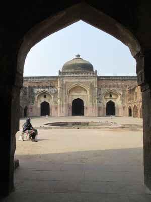 Khayr al-Manazil Masjid je impozantní dvoupodlažní stavba umístěná přímo naproti hlavnímu vstupu do Purana Qila na západní straně nové cesty Mathura. Nová Mathura Road, jak se dnes nachází v Dillí, je považována za starou silnici Old Grand Trunk, která spojuje východní provincie Bengálsko s Pešávarem (nyní Pákistánem) na západě. Khayr al-Manazil je jižně od velkolepé ulice vedoucí na severozápad k monumentální bráně, jedné z mála přežívajících úlomků městských hradeb Dillí v šestnáctém století, jak to stanovil Humayun a následoval Sher Shah Suri. Historici věří, že tato cesta je pozůstatkem staré silnice na silnici; monumentální vstup do Khayr al-Manazil Masjid by pak měl čelit staré velké silniční silnici.