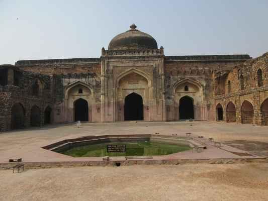 Obdélníkový plán mešity je  uspořádán  kolem velkého obdélníkového nádvoří o rozměrech přibližně 38,4 metrů a 28,3 metru  s podélnou osou ve směru východ-západ. Dvůr je obklopen ze tří stran dvěma příběhy dalanů (místností). Modlitební sál je umístěn na západní straně dvora. Vědci naznačují, že mešita byla také použita jako madrasa a že daláni byli učebny. Někteří učenci naznačují, že vysoká obvodová stěna mešity byla kvůli její funkci ženské madrasy.