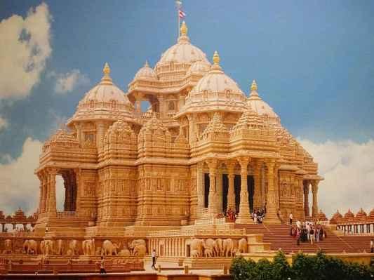 """CO JE AKSHARDHAM """"Akshardham"""" znamená Boží příbytek. Je oslavován jako věčné místo oddanosti, čistoty a míru. Swaminarayan Akshardham v Nové Dillí je Mandir - příbytkem boha, hinduistickým domem uctívání a duchovním a kulturním areálem věnovaným oddanosti, učení a harmonii. Nadčasové hinduistické duchovní poselství, živé zbožné tradice a starodávná architektura se odrážejí ve svém umění a architektuře. Mandir je pokornou poctou Bhagwanovi Swaminarayanovi (1781-1830), avatarem, devasům a velkým mudrcům hinduismu. Tradičním stylu byl slavnostně otevřen 6. listopadu 2005 s požehnáním HH Pramukh Swami Maharaj a prostřednictvím oddaných snah zkušených řemeslníků a dobrovolníků."""