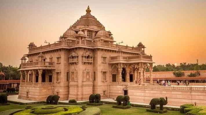 Během pouhých pěti let byl vystavěn jako pocta Bhagwanu Swaminarayanu, zakladateli současné višnuistické sekty, který žil v letech 1781-1830 n.l.. Nachází se uvnitř rozlehlé zahrady se zpívající fontánou. Inspiroval a vytvořil Pramukh Swami Maharaj a vyzařuje mír, krásu a radost božství. Deset bran zastupuje deset hlavních směrů popsaných v indické kultuře, deset bran odráží pocit dobroty celého světa pro všechny návštěvníky. Součástí komplexu je kino, obchod se suvenýry.