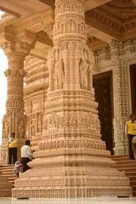 Uvnitř mandir, každý uctívaný pilíř, strop a kupole sdílí příběh oddanosti, nabízí darshan božstva nebo zachycuje událost ze života Bhagwana Swaminarayana.