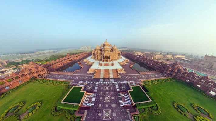 Od doby védské má Indie slavnou tradici respektování řek, jezer a stepwellů. Po této tradici obklopuje hlavní posvátné vodní tělo, Narayan Sarovar, hlavní mandir Akshardham. Narayan Sarovar obsahuje svaté vody 151 řek a jezer posvěcených Bhagwan Swaminarayan, včetně Manasarovar, Pushkar Sarovar, Pampa Sarovar, Indradyumna Sarovar, Manikarnika Ghat, Prajag Triveni Sangam, řeka Kshipra, řeky Ganga a Yamuna a mnoho dalších.  Na vnější stěně mandirové je 108 bronzových gaumukhů, symbolizujících 108 jmén Boží, z nichž vychází svatá voda.