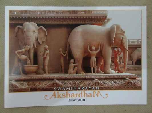 Mandir stojí tradičně a symbolicky na ramenou slonů. V jedinečné kreativní adaptaci sloni na bázi Swaminarayan Akshardhamu nejsou jen stojící. Gajendra Peeth nebo Elephant Plinth představují příběhy a legendy o slonech s přírodou, s lidmi a s Bohem. Toto zobrazení slonů je na počest těchto velkolepých, ale jemných zvířat a také sdílení poselství míru, krásy a jemnosti.