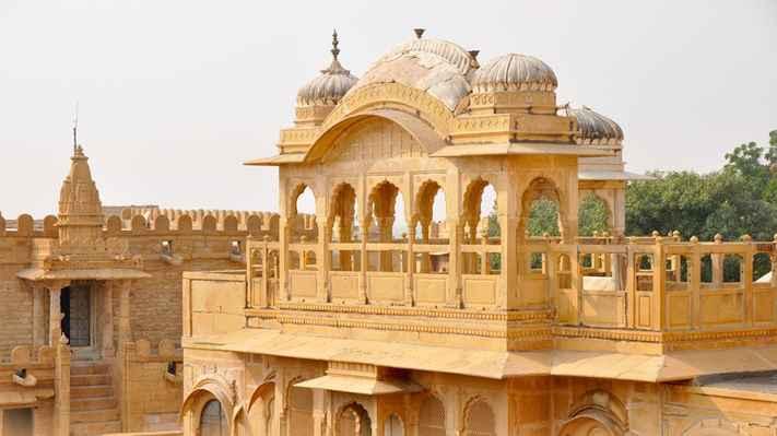 Narayan Peeth.  Je to starodávná hindská tradice, která provádí pradakšiny nebo obchůzky jako znamení úcty a modlitby. Věřící chodí kolem mandirí po směru hodinových ručiček, aby posílili víru, že Bůh by měl být středem života.  U akshardhamského mandirru je cesta k uskutečnění těchto circumambulací zdobena třemi bronzovými reliéfními panely o délce 60 stop. Tyto panely ilustrují božské události ze života Bhagwana Swaminarayana a pomáhají věřícím chodit po těchto stezkách, aby si pamatovali Boha, když provádějí obchůzky. Vrstva mandir, kde jsou tyto panely instalovány, je známá jako Narayan Peeth.