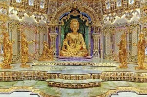 Vnitřní sanctum nebo garbhagruh mandarády Akshardhama je domovem Bhagwana Swaminarayana a jeho božské posloupnosti gurusů - Gunatitanand Swami, Bhagatji Maharaj, Shastriji Maharaj, Yogiji Maharaj a Pramukh Swami Maharaj.  Jako projevy Aksharbrahma jsou guruové jako projevy Aksharbrahmy věčnými služebníky Boha a ideály svatosti a oddanosti.  Oni bydlí v garbhagruhu věčně nabízející službu a uctívání Bhagwan Swaminarayan. Položky posvěcené Bhagwanem Swaminarayanem během jeho času na Zemi jsou také zachovány pro darshan přímo za garbhagruh.  Okolo garbhagruru jsou zvláštní oltáře věnovány jiným hinduistickým božstvům ze Sanatany Dharmy: Shri Sita-Ram, Shri Radha-Krishna, Shri Lakshmi-Narayan a Shri Shiv-Parvati.
