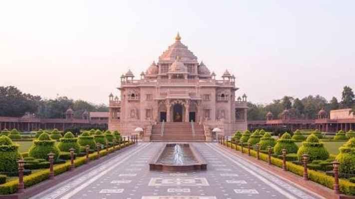 Srdcem komplexu Swaminarayan Akshardham je akshardhamský mandir.  Slavnostní otevření 6. listopadu 2005 je mandir, jehož cílem je nabízet domov Bohu, který vyznamenává. Jeho sláva a božství - nadčasový, krásný a klidný domov pro Boha, který je zde na Zemi. Je to dočasné bydliště Boží a oddanost, hodnoty a kultura, která inspiruje.  Architektonicky, mandir je poctou tradiční indické hindské architektury. Je navržena s ohledem na Starověk a středověkého indického pojednání o architektonické vědě - shilpa shastras, které vedly mandirův design a konstrukci z jeho výrazného stylu řezbářství a jeho rozměrů k jeho vyhýbání se.  Proto je mandir vyroben bez použití železného kovu ve stavebnictví. Akshardhamský mandir se skládá z 234 složitě vyřezaných pilířů, 9 ozdobených kopulí, 20 čtverhranných věží a 20 000 soch indických hinduistických duchovních osobností. Mandir dosahuje 141,3 stop do oblohy, má šířku 316 stop  a délku 356 stop.