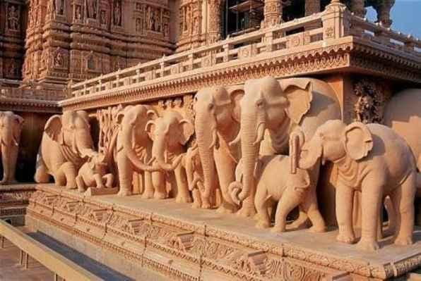 Hlavní ozdobou celého komplexu je velký chrám Akshardham Mandir, postavený z růžového kamene a bílého mramoru. Budova je 43 m vysoká, 96 m široká a 110 m dlouhý sestrojena z 234 složitě vyřezávaných sloupů s postavami tanečníků, hudebníků, božstev, 148 sochami slonů a dalšími vyobrazeními rostlin a živočichů. Byl postaven bez použití ocele, přesně ve stylu prastaré indické architektonické tradice. Pod devíti nádherně zdobenými kupolemi s 20 vrcholky najdeme více než 20 tisíc vyřezávaných postav. Pod centrální kupolí najdete 3,4 m vysokou sedící sochu Svámínárájány a okolo ní jsou další sochy. Nezapomenutelný zážitek.