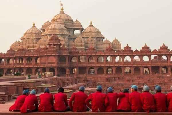 Otevřeno 6. listopadu 2005 Postavili Bochasanwasi Shri Akshar Purushottam Swaminarayan Sanstha (BAPS) Inspirován HH Yogiji Maharaj (1892-1971 CE) Vytvořil Jeho Svatost Pramukh Swami Maharaj Do komplexu se dostalo více než 300 000 000 dobrovolnických hodin Na jeho výstavbě se podílelo více než 8 000 dobrovolníků z celého světa Mandir postavený ze složitě vyřezávaného pískovce a mramoru  Výstavy o hinduismu, včetně Bhagwan Swaminarayanova života a učení, jako je modlitba, soucit a nenásilí. Otevřené zahrady, vodní útvary a nádherné nádvoří