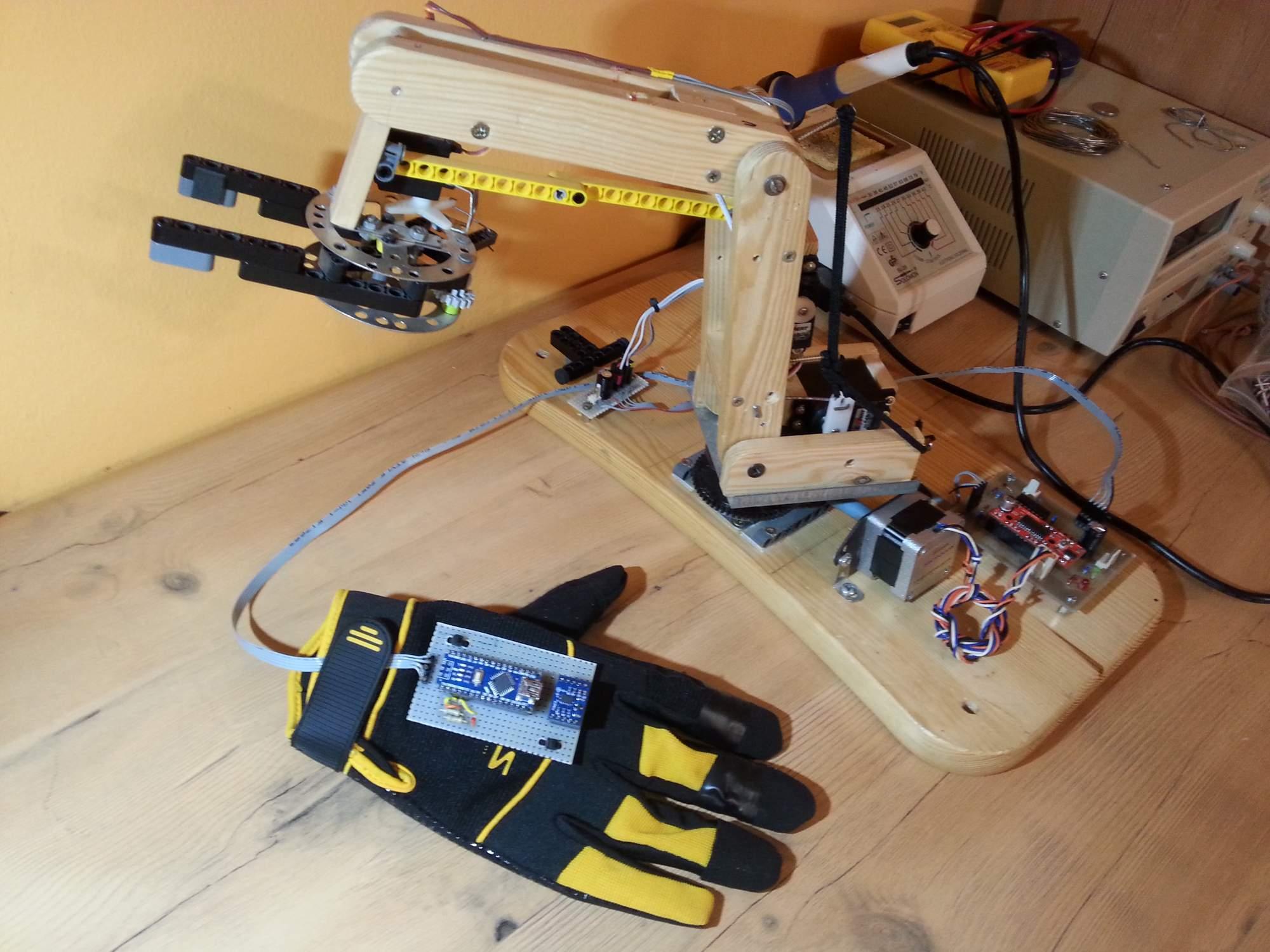 Robotická paže ovládaná rukavicí byla jedním z prvních Borisových projektů. Foto: Boris Karavasilev