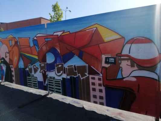 Nově se venku konala soutěž v graffiti na sto metrů dlouhé stěně