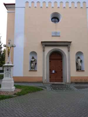 Kostel Navštívení Panny Marie - hned vedle školy stojí kostel ... zkusím se krýt pod stromy a něco nafotit