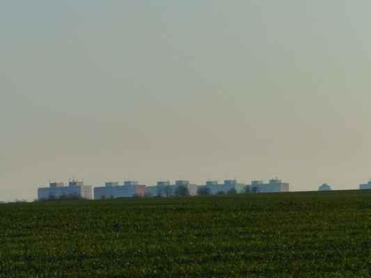 A tohle jsou nejvyšší patra paneláků naproti nemocnici - čtvrť Nové Kladno.