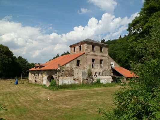 Procházka kolem Pecováku  (10) - Dřevouhelná vysoká pec Barbora, ojedinělá technická památka z r. 1810 v provozu do r. 1874 a takhle se tu nechá chátrat.