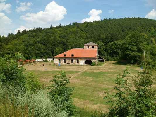 Procházka kolem Pecováku  (14) - Dřevouhelná vysoká pec Barbora, ojedinělá technická památka z r. 1810 v provozu do r. 1874 a takhle se tu nechá chátrat.