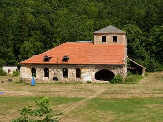 Procházka kolem Pecováku  (15) - Dřevouhelná vysoká pec Barbora, ojedinělá technická památka z r. 1810 v provozu do r. 1874 a takhle se tu nechá chátrat.