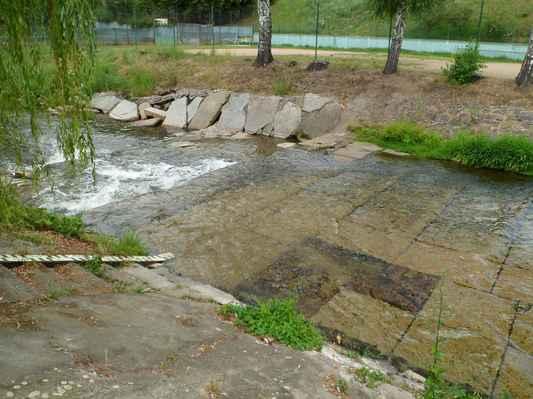 Procházka kolem Pecováku  (28) - Litavka s minimálním stavem vody.