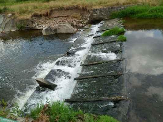 Procházka kolem Pecováku  (31) - Litavka s minimálním stavem vody.
