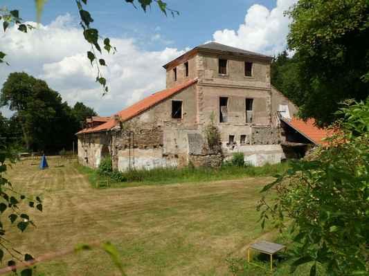 Procházka kolem Pecováku  (9) - Dřevouhelná vysoká pec Barbora, ojedinělá technická památka z r. 1810 v provozu do r. 1874 a takhle se tu nechá chátrat.