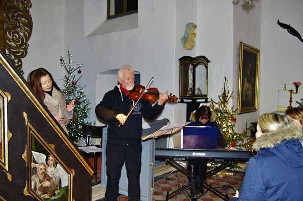 Obec Kladruby  kaple nejsvětejší trojice 22.12.2017.vánoční koncert
