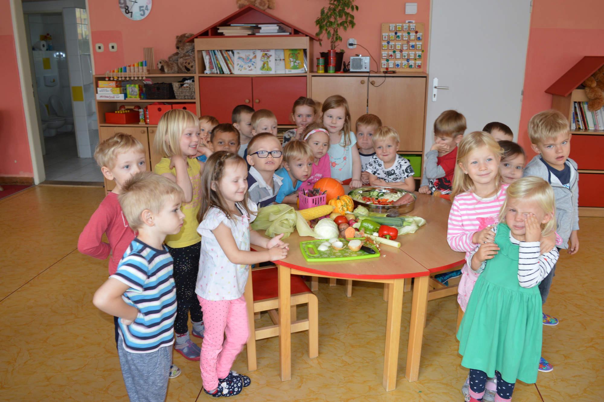 děti ve třídě u stolku plném ovoce a zeleniny