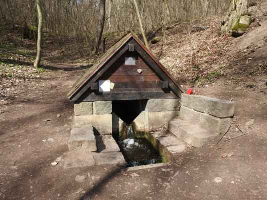 Malá Chuchle - Mariánský pramen - Pramen byl zdrojem vody pro Malou Chuchli do roku 1984, kdy se M.CH. připojila na pražský vodovod.
