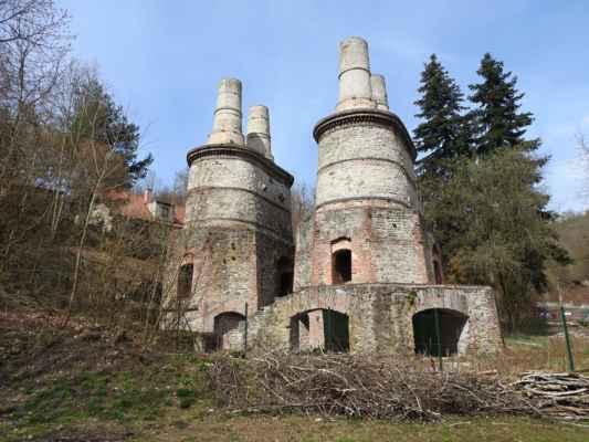 Na okraji Velké Chuchle - technická památka Pacoldova vápenka, byla v provozu od roku 1875 do 1964. V letech 2004-2005 byla zrekonstruována z grantu hl.m.Prahy