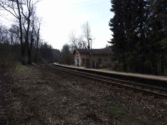Holyně - vlaková zastávka na trati Praha - Beroun (přes Rudnou)