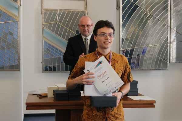 Jindřich Jelínek při slavnostním vyhlášení výsledků @ Foto Gymnázium Dr. Randy, Jablonec nad Nisou