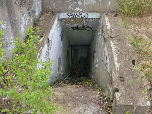 Tak to jdeme omrknout. Tudy se dostaneme do těch zadních místností, kam jsme se přes vodu nedostali.