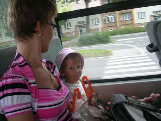 Simi jede poprvé autobusem :-)