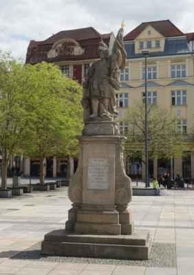 Socha sv. Floriána z 18. století. Na Ringplatzu (dnešním Masarykově náměstí) byla od roku 1763 do roku 1960. Do roku 1983 byla umístěna v Kravařích, poté následoval její přesun do Hrabůvky. Zpět se vrátila se vrátila 4. května 2008.
