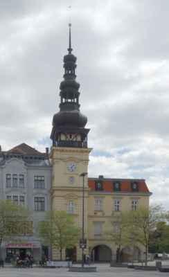 Další zastávkou bylo Masarykovo náměstí, a to kvůli obídku. V jednom z rohů náměstí stojí Stará radnice, která plnila funkci radniční budovy do roku 1930. Ačkoliv první zmínka o ní pochází z roku 1539, přesný rok dostavby není možné doložit. V letech 1737–1780 byla radniční věž přestavěna na kvadratickou. Na vrchol byly umístěny hodiny. Do stavby se promítly prvky baroka. V roce 1829 věž zasáhl blesk a pro celkovou zchátralost měla být stržena. Nestalo se tak a věž byla důkladně opravena. Další přestavba, tentokrát v empírovém slohu, probíhala v letech 1831–1837. V roce 1859 bylo zprovozněno druhé patro. Poslední významná přestavba probíhala od roku 1874 do roku 1875, kdy byly vnější fasády upraveny novorenesančně. V roce 1885 byla přistavěna ještě jedna budova. Od roku 1931 slouží budova jako sídlo Ostravského muzea a věž je přístupná jako vyhlídková.