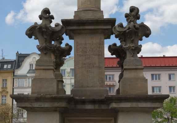 V roce 1960 byl odvezen do zámku v Kravařích, na jeho místo nastoupil kamenný milicionář. V roce 1992 začala záchrana původního mariánského sloupu, a dnes stojí opět na svém místě.