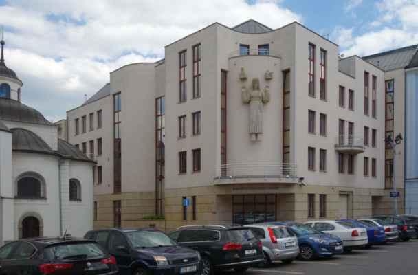 V sousedství kostela je sídlo Ostravsko-Opavského biskupství. Nová budova byla postavena na místě zbořené průmyslové školy.