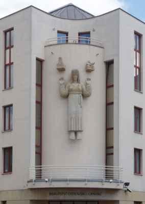 Průčelí zdobí plastika sv. Hedviky Slezské, patronky Slezska.