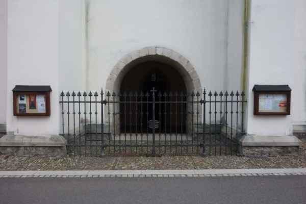 Bohužel, kostel byl uzavřen.