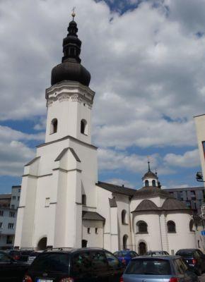 Poblíž náměstí stojí kostel svatého Václava, který patří mezi nejstarší a nejvýznamnější kulturně-historické ostravské památky. Pozdně gotická trojlodní stavba s přilehlými kaplemi a věží byla vybudována na starším románském základě.