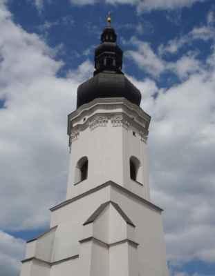 Původní gotická věž zakončena renesančním cimbuřím byla součástí městského opevnění. Její dnešní podoba je z roku 1805, kdy bylo započato s rozsáhlou klasicistní přestavbou celého kostela.