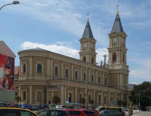 Na vedlejším náměstí Msgre. Šrámka stojí Katedrála Božského Spasitele. Je jedním ze dvou hlavních kostelů ostravsko-opavské diecéze. Byla postavena v 19. století v novorenesančním slohu podle plánů Gustava Meretty. Celková délka budovy je 68 metrů. Nad katedrálou se tyčí dvě symetrické čelní věže vysoké 67 metrů.