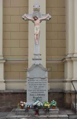 Kříž vedle katedrály věnovaný manželi Veselkovými.