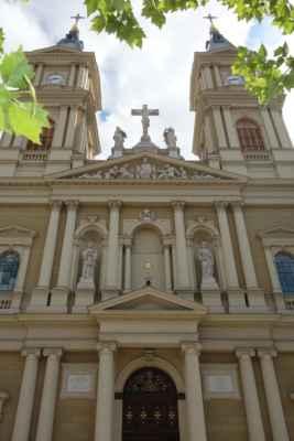 Katedrála zaplňuje v podstatě celý prostor náměstí, takže na focení moc místa není...