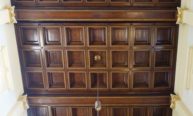 Dřevem je vykládaný také strop katedrály.